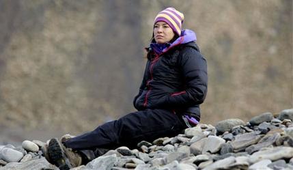 Amanda is er net achter gekomen dat ze weer eens bezwangerd en hier probeert ze zich alle mannen voor de geest te halen die mogelijk de verwekker zouden zijn. Het werd een lange, koude nacht op die rots.