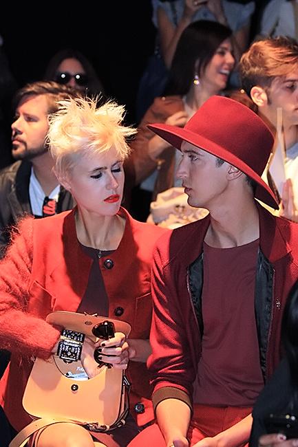 """Linda: """"Heb jij misschien een kauwgumpje?""""Niels: """"Ga je eten?"""" Linda: Nee joh, likken en weggooien."""""""